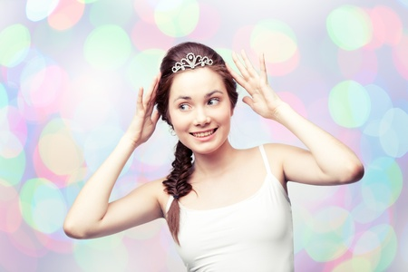 corona de princesa: Hermosa ni�a de admirar su tiara de diamantes