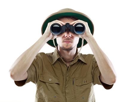 m�dula: Hombre joven en el casco de m�dula mirando a trav�s de binoculares, aislado en blanco Foto de archivo