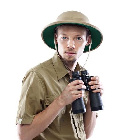 m�dula: Hombre joven que desgasta la camisa de safari y binoculares m�dula casco celebraci�n, aislado en fondo blanco