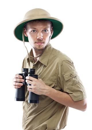 médula: Hombre joven que desgasta la camisa de safari y binoculares médula casco celebración, aislado en fondo blanco