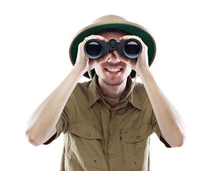 médula: Hombre joven sonriente llevaba casco de médula mirando a través de binoculares, aislado en blanco
