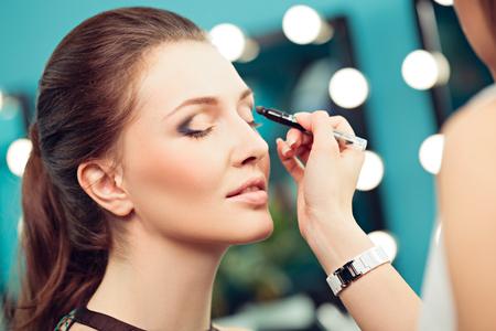 junge nackte m�dchen: Make-up-K�nstler und Modell bei der Arbeit, Nahaufnahme von Modell Lizenzfreie Bilder