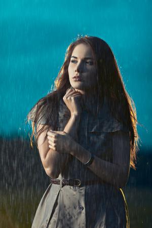sotto la pioggia: Giovane donna congelamento sotto pioggia Archivio Fotografico