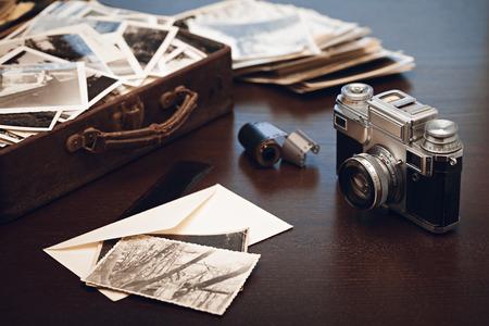 Cas avec de vieilles photographies en noir et blanc, caméra et bobine de film; vieilles photos sur l'avant-plan (toutes les photos sont les miennes)