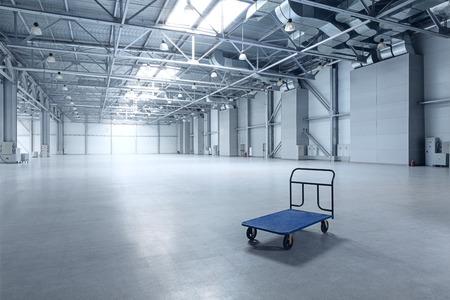 industriales: Interior del almac�n vac�o con un carro Foto de archivo