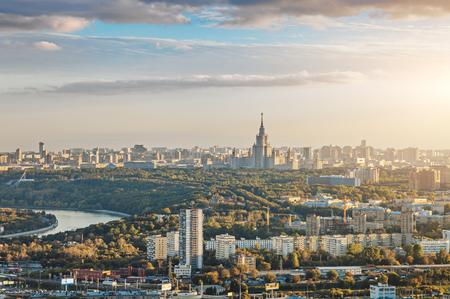 Vista aérea de la ciudad de Moscú con la Universidad Estatal Lomonosov de Moscú y el río Moskva