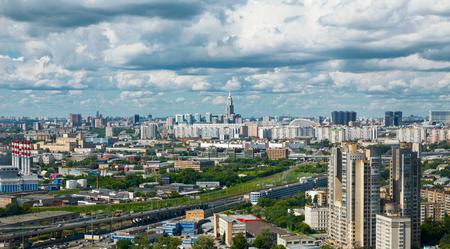 cenital: Vista aérea de la ciudad de Moscú con el cielo dramático