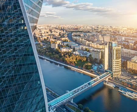 """Luchtfoto van de Moscow International Business Center """"Moscow-City"""" met de Evolution Tower, de Bagration brug, de toren in 2000 en de rivier de Moskva"""