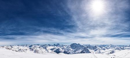 montañas nevadas: Vista desde el monte Elbrus, la montaña del Cáucaso del norte, Rusia