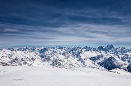 Uitzicht vanaf de berg Elbrus, de bergen van de noordelijke Kaukasus, Rusland Stockfoto - 57947550