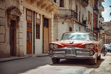 Shiny retro car parked on the street of Havana, Cuba 免版税图像