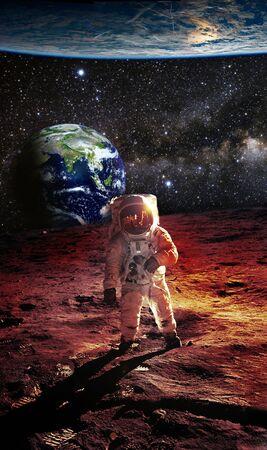 Astronauta na Marsie z Ziemią i dużą planetą w tle - elementy tego zdjęcia dostarczone przez NASA