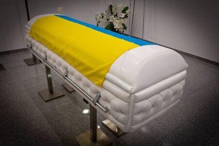Sarg Ukraine Flag Bestattungsinstitut mit neuen modernen wie Retro-Chesterfield