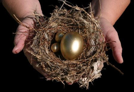 gniazdo jaj: gniazdo jaj odbywają się w dobrych rękach izolowanych na czarno Zdjęcie Seryjne