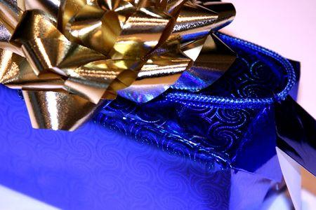 fiocco oro: blu x mas presente con arco d'oro Archivio Fotografico