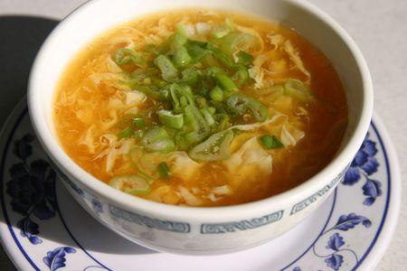 plato del buen comer: sopa de flor de huevo en un restaurante chino Foto de archivo