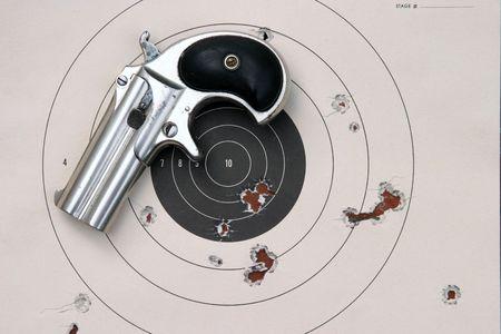 95: Circa 1889, Modello 95, Tipo II Modello 3 doppia Derringer su supporto di carta bersaglio con puntino buchi in lui