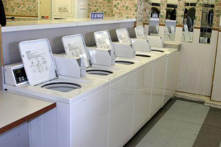 clothes washer: funcionan con monedas lavadoras alineados y listos para lavar en una colchoneta de lavander�a