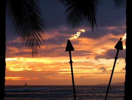 Fackeln auf einem Sonnenuntergang Hintergrund