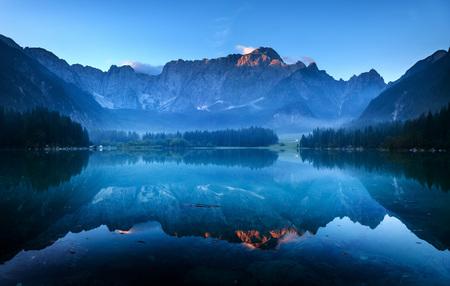 Alpen-Gipfel, die in einem Bergsee Standard-Bild - 43821346