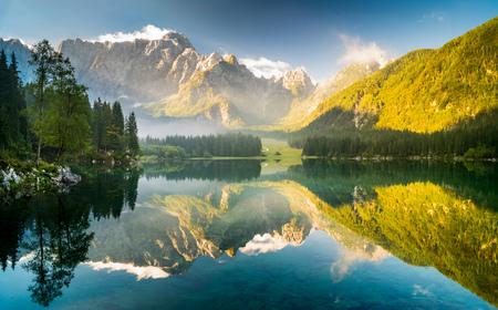 Sunrise over the beautiful alpine lake Standard-Bild