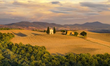 Pienza, Italia y septiembre de 2015: el famoso paisaje de la Toscana en el amanecer