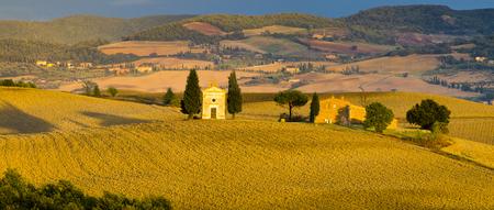 el famoso paisaje de la Toscana en el amanecer Foto de archivo