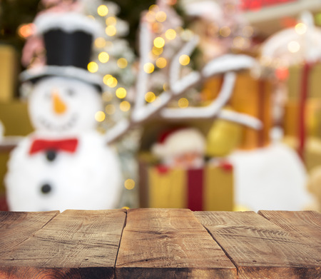 Weihnachtstischhintergrund mit Weihnachtsbaum, Weihnachtsdekorationen und Geschenken Standard-Bild - 68362068