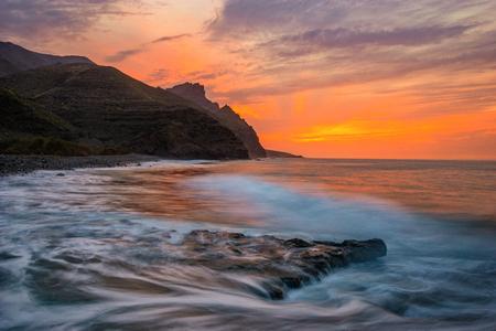 Spectaculaire zonsondergang over de oceaan, Risco Beach, Gran Canaria Stockfoto