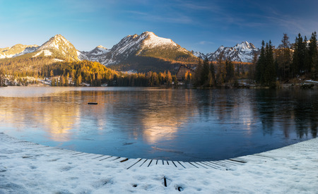 panorama of a mountain lake in winter scenery, Strbske Pleso, Slovakia, High Tatras 스톡 콘텐츠