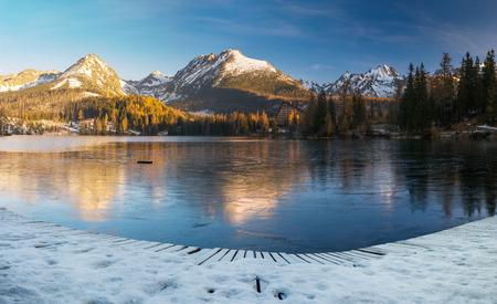 panorama of a mountain lake in winter scenery, Strbske Pleso, Slovakia, High Tatras Standard-Bild