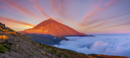 Teide volcano in Tenerife in the light of the rising sun Standard-Bild - 102572661