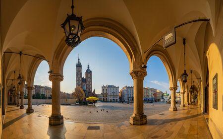 Cracovia, Polonia-junio de 2018: Plaza del mercado principal, Sukiennice, Cracovia, Polonia