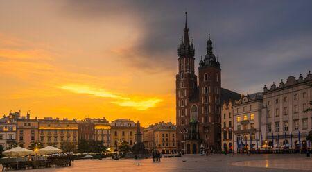Krakow, Poland-June 2018:St. Mary's Church on the old market square in Krakow at sunrise Standard-Bild - 128139890