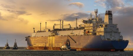 LNG tanker during a liquefied gas supply operation to the LNG terminal in ÅšwinoujÅ›cie in Poland Standard-Bild - 131345010