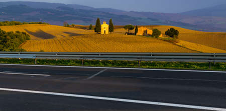Beautiful scenic road with the Italian Tuscany landscape in the background Standard-Bild - 159785993