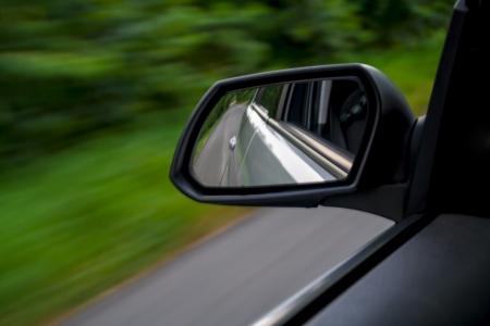 rear view mirror: espejo retrovisor del coche de conducci�n