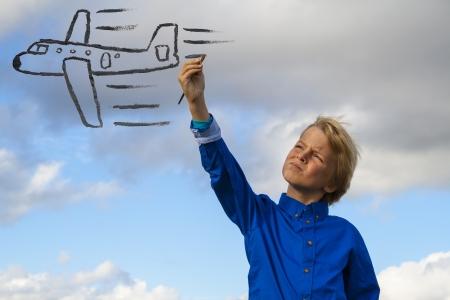 kid painting airplane Standard-Bild