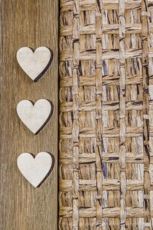 nombre d or: trois coeurs en bois sur fond de bois et de tissu