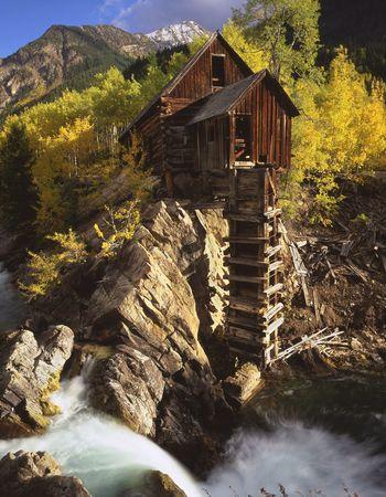national forest: Molino cristalino en el r�o cristalino en el bosque nacional del r�o blanco de Colorado.