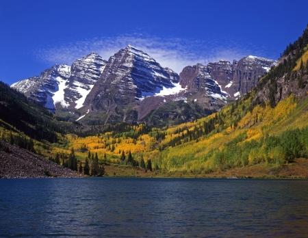 campanas: Las cumbres gemelas del Maroon Bells y Maroon Lago Blanco en el Bosque Nacional de R�o Colorado.  Foto de archivo