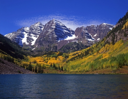 The twin peaks of the Maroon Bells and Maroon Lake in the White River National Forest of Colorado. Stock Photo - 717857