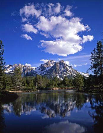 Mt. McGown en el diente de sierra Bosque Nacional de Idaho.  Foto de archivo - 729928
