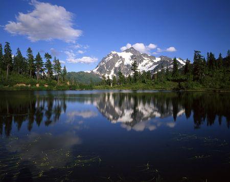 Mt. Shuksan ferlecting in Picture Lake in the Mt. Baker Wilderness, Washington State. Reklamní fotografie