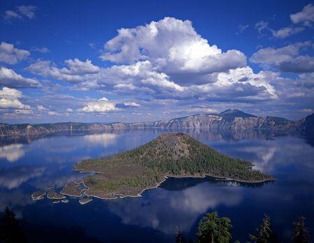 lagos: Asistente de la Isla en el Parque Nacional Crater Lake, Oregon.  Foto de archivo