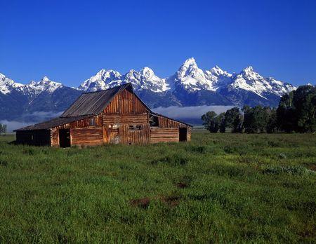 teton: Il Moulton Barn Teton e la catena montuosa in Grand Teton National Park, Wyoming.