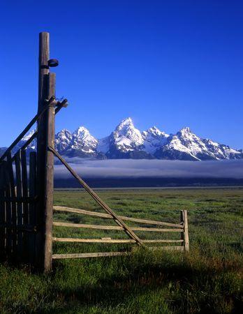 teton: Un cancello e la Teton Mountain Range in Grand Teton National Park, Wyoming.