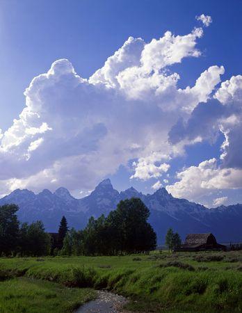 teton: Una vecchia fattoria e la montagna di Teton variano nel grande parco nazionale di Teton, Wyoming. Archivio Fotografico