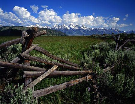 teton: Un dollaro e ferroviario e la recinzione Teton catena montuosa in Grand Teton National Park, Wyoming.