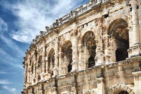 Vue sur l'ancien amphithéâtre romain de la ville de Nîmes dans la région Occitanie du sud de la France. Magnifique immense arène